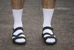 Los pies de los hombres en sandalias Fotos de archivo