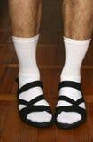Los pies de los hombres en sandalias Imagen de archivo