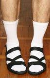 Los pies de los hombres en sandalias Imagenes de archivo