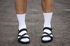 Los pies de los hombres en sandalias Imágenes de archivo libres de regalías