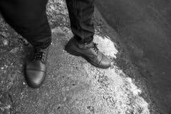 Los pies de los hombres en zapatos retros Imágenes de archivo libres de regalías