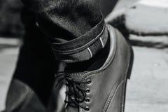 Los pies de los hombres en zapatos retros Foto de archivo libre de regalías