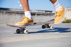 Los pies de los skateres se cierran para arriba Foto de archivo libre de regalías
