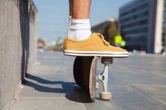 Los pies de los skateres se cierran para arriba Foto de archivo