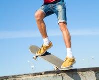 Los pies de los skateres se cierran para arriba Fotografía de archivo