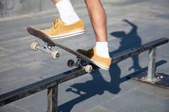 Los pies de los skateres se cierran para arriba Fotografía de archivo libre de regalías