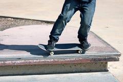 Los pies de los skateres se cierran para arriba Fotos de archivo libres de regalías