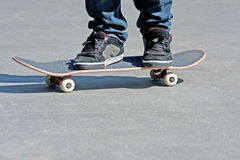 Los pies de los skateres se cierran para arriba Imagen de archivo libre de regalías