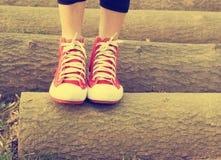 Los pies de mujeres en parque y relajan el tiempo en, día de fiesta Tono del vintage Imagen de archivo