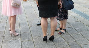 Los pies de mujeres y de hombres todo el mundo tienen diversos zapatos Imágenes de archivo libres de regalías