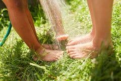 Los pies de niños son mojados salpicado Foto de archivo libre de regalías