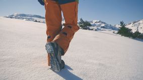 los pies de pie empapan caminar caminar Cámara lenta Paisaje del invierno de la nieve holiday metrajes
