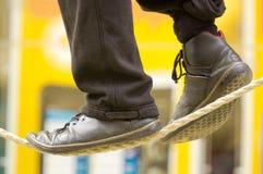 Los pies de un caminante de la cuerda tirante Fotos de archivo libres de regalías