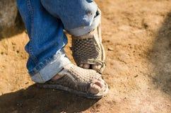 Los pies de un trabajador del mexicano que llevan huaraches Imagenes de archivo