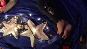 Los pies del bebé mienten en un fondo azul, estrella blanca metrajes