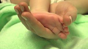 Los pies del bebé recién nacido en madre dan el primer Mama y su niño 4K, UHD, ultra HD metrajes