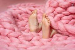 Los pies del niño con los pies planos pronunciados imagenes de archivo