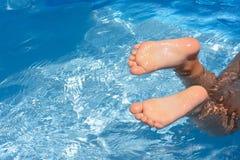 Los pies del niño en piscina Foto de archivo libre de regalías