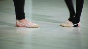 Los pies del primer de bailarinas en pointe realizan elementos del ballet de la danza y diversos ejercicios en el deporte GY