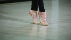 Los pies del primer de la bailarina en pointe realizan elementos del ballet de la danza y diversos ejercicios en el deporte GY