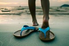 Los pies del ` s de la mujer están corriendo abajo al mar Foto de archivo