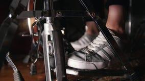 Los pies del ` s de las mujeres en zapatillas de deporte presionan los pies del ` s de los pedalswomen del tambor en prensa de la metrajes