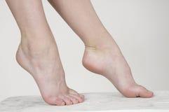 Los pies desnudos de la mujer Foto de archivo libre de regalías