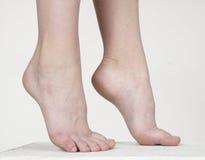 Los pies desnudos de la mujer Foto de archivo