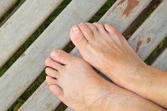 Los pies desnudos de una mujer mayor fotografía de archivo libre de regalías