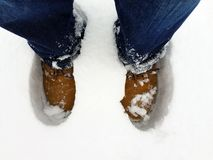Los pies en la nieve, cierre para arriba imágenes de archivo libres de regalías