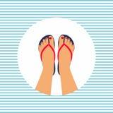 Los pies femeninos con una pedicura en el verano flip-flops Imagen de archivo libre de regalías