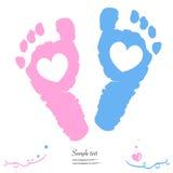 Los pies gemelos del bebé y del muchacho imprimen la tarjeta de felicitación de la llegada Imagen de archivo