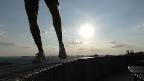 Los pies masculinos bailan en las placas de una pared del terraplén en Kyiv en el slo-MES almacen de metraje de vídeo