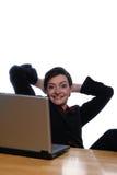 Los pies para arriba en el escritorio, fácil lo hacen - mirada de la cámara Foto de archivo libre de regalías