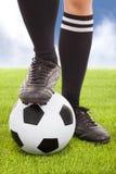 Los pies y el fútbol del jugador de fútbol Imagenes de archivo