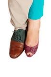 Los pies y los zapatos de un hombre y de una mujer Fotografía de archivo libre de regalías