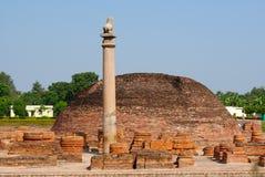 Los pilares encontraron en Vaishali con el pilar capital de Ashoka del solo león en la India Imágenes de archivo libres de regalías