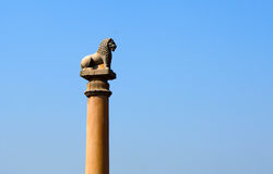 Los pilares encontraron en Vaishali con el pilar capital de Ashoka del solo león en la India Fotos de archivo