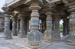 Los pilares tallados del templo de Mahadeva, fueron construidos circa 1112 el CE por Mahadeva, Itagi, Karnataka, la India Imágenes de archivo libres de regalías