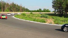Los pilotos de carreras siguen el coche de seguridad, consecuencias del accidente que son quitadas metrajes