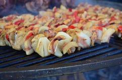 Los pinchos en el palillo de madera con la carne y las verduras sabrosas de cerdo se mezclan Foto de archivo