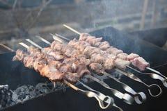 Los pinchos jugosos de la carne de cerdo se prepararon en los carbones Imagenes de archivo