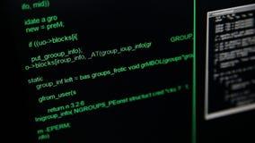 Los piratas informáticos cifran el funcionamiento abajo en el terminal de pantalla de ordenador ventanas del centelleo en un fond almacen de video