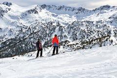 LOS PIRINEOS, ANDORRA - 10 DE FEBRERO DE 2017: Dos esquiadores en estación de esquí Foto de archivo