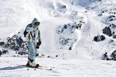 LOS PIRINEOS, ANDORRA - 10 DE FEBRERO DE 2017: El esquiador de los ancianos cuesta h Imagenes de archivo