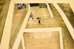 Los pisos superiores dentro de la galería del centro comercial de la ciudad de Minsk, Bielorrusia, febrero de 2017 blurry foto de archivo