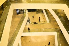 Los pisos superiores dentro de la galería del centro comercial de la ciudad de Minsk, Bielorrusia, febrero de 2017 blurry imagen de archivo