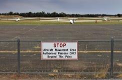 Los planeadores parquearon en la hierba en el aeródromo de Temora Fotografía de archivo