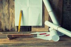 Los planes y las herramientas del carpintero Imagen de archivo
