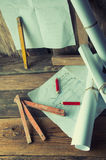 Los planes y las herramientas del carpintero Foto de archivo libre de regalías